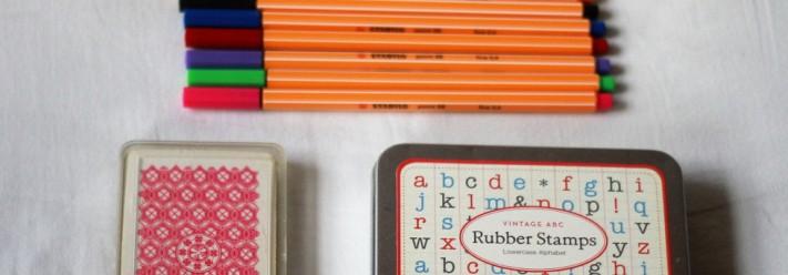 new in berlin: et stempel, en streg og kortene på bordet